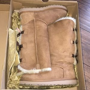 WOMENS SIZE 7 UGGS WITH BOW